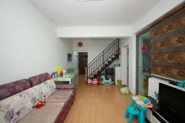 六米復式樓 樓上房間,樓下生活區。南北通透。省政府