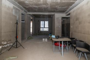 三一街區大四房,前后無遮擋,南向客廳帶陽臺正對小區中央花園