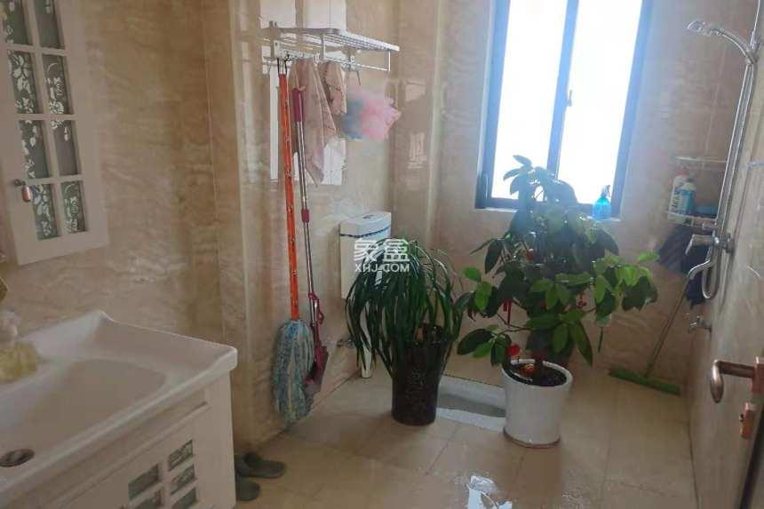 滨江花园  3室2厅2卫    2400.0元/月