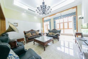 业主全权委托,房东出国 诚心出售 看中价格可谈 送全套家具家