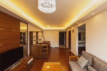 這套房子是通透戶型,大廳主臥朝向合理,每個房間都很大,客廳空