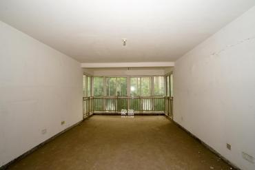 毛坯大三房 電梯中層 誠心出售 小區交通方便 .